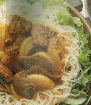 Rice noodle salad with stir-fried beef