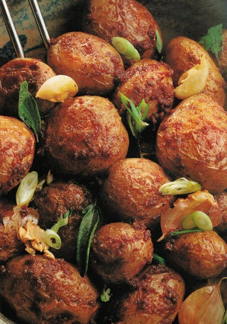 Oven-roasted new potatoes with dried tomatoes