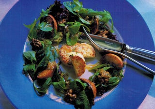 Warm goat's cheese salad with grilled peaches